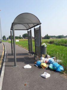 ALLA FERMATA DELL'AUTOBUS (BUS STOP)