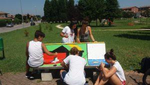 Una altra panchina decorata dai ragazzi in arte