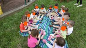 Pic-nic delle famiglie dell'asilo nel giardino Montessori