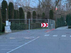 Interdetta al traffico una parte del piazzale del Cimitero