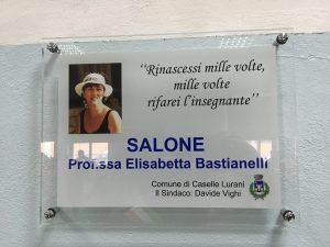 INTITOLATO AD ELISABETTA BASTIANELLI IL SALONE DELLA SCUOLA MEDIA DI CASELLE LURANI